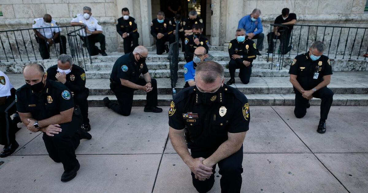 Policiais oram nas ruas em meio a protestos pela morte de George Floyd