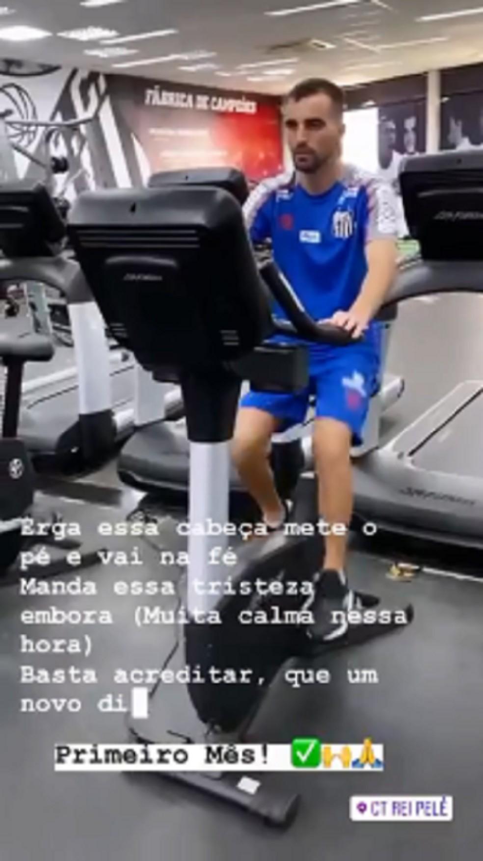 Meia do CRB, Longuine pedala no CT do Santos e mostra nova fase da fisioterapia