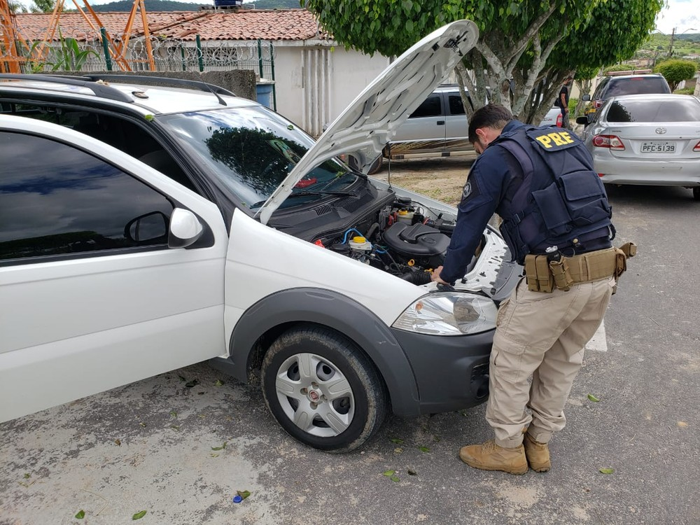 PRF prende em Cacimbinhas, AL, suspeito de receptação e recupera carro com queixa de roubo