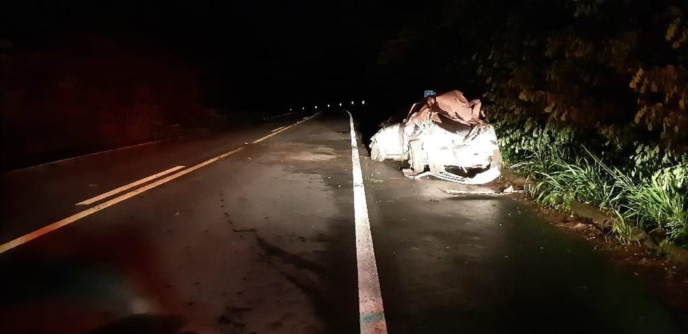 Homem fica ferido após carro bater em árvore e capotar em Branquinha, AL