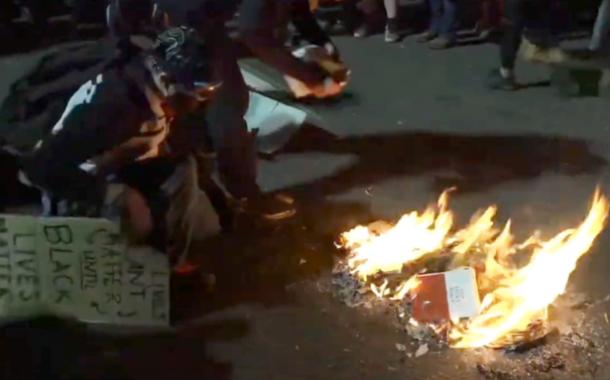 Bíblia é queimada em protesto do Black Lives Matter nos EUA