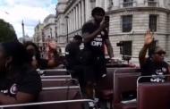Adoradores louvam a Deus nas ruas de Londres sob um ônibus de dois andares