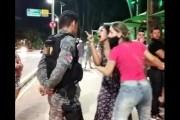 Mulher sem máscara briga com garçom, grita com policiais e é detida em Maceió
