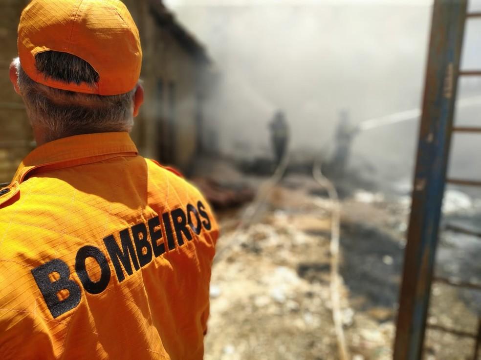 Incêndio atinge casa na Chã da Jaqueira, em Maceió