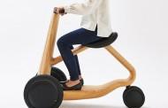 Scooter elétrica feita em madeira é ideal para idosos