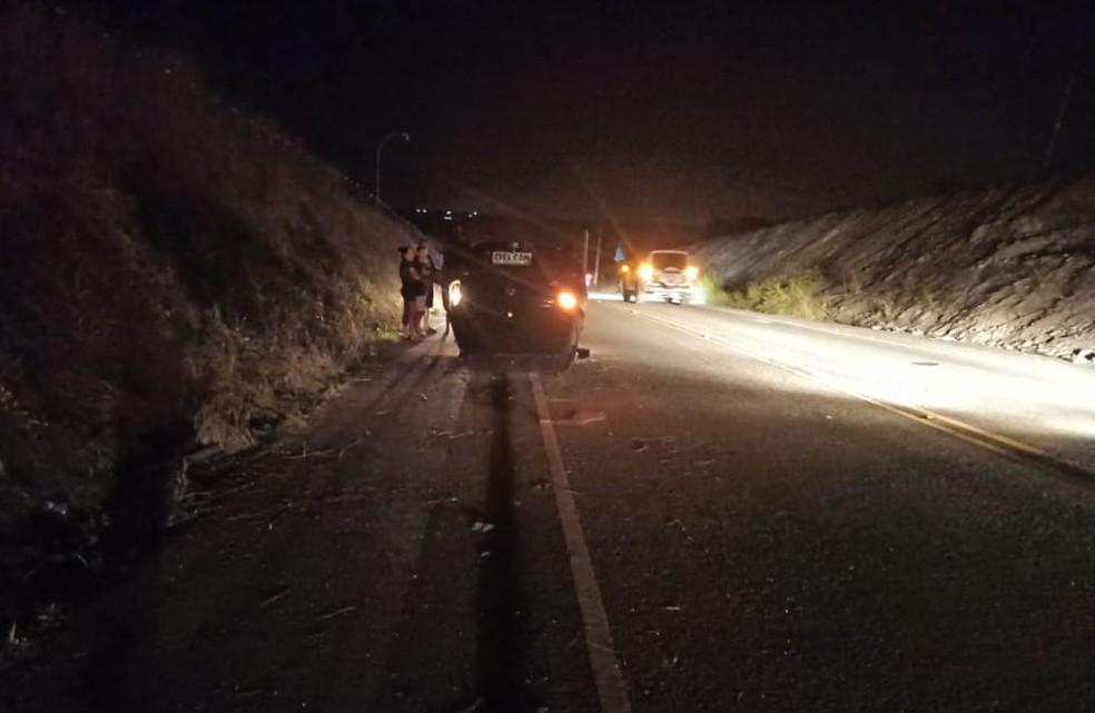 Carro capota e uma pessoa fica ferida na AL-220, em Limoeiro de Anadia