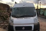 Máquina usada em obra derruba muro sobre carros no Bom Parto, em Maceió