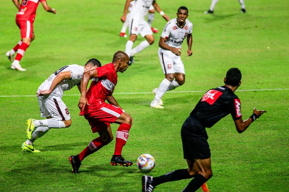 Lateral Reginaldo Lopes se recupera e reforça o CRB contra o Operário-PR; veja o time provável