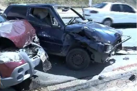 Acidente entre carros deixa trânsito lento no Barro Duro, em Maceió