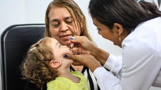 Pais levam os filhos para Dia D de vacinação contra a poliomielite em Alagoas