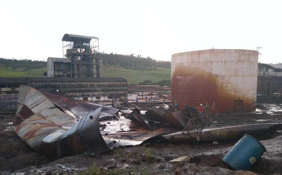 Tanque de usina se rompe e provoca derramamento de melaço no Rio Jequiá, em AL