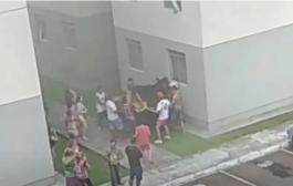 """""""Foi Deus"""", diz mãe de meninas arremessadas do quarto andar para escapar de incêndio"""