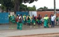 Funcionários da coleta de lixo realizam protesto no Tabuleiro do Martins, em Maceió