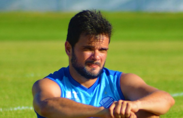 Lateral do CSA, Norberto sente dores na coxa e vira dúvida para partida contra o Avaí
