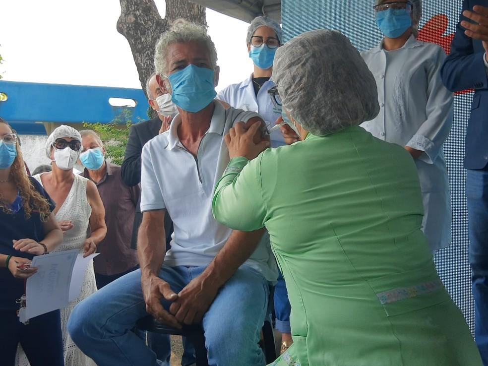 Primeiro vacinado da rede de Saúde de Maceió perdeu dois irmãos para a Covid-19