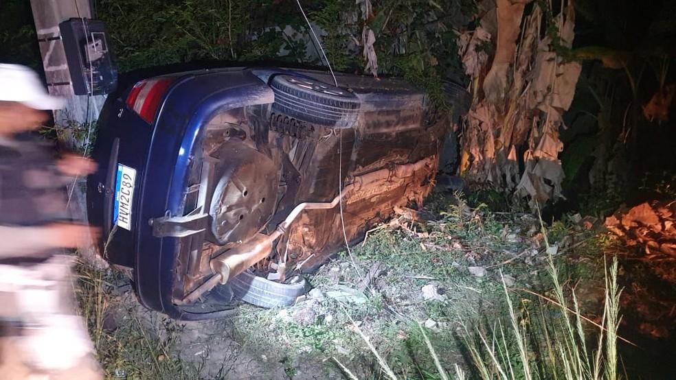 Motorista perde controle de veículo, bate em poste e três pessoas ficam feridas em Maragogi