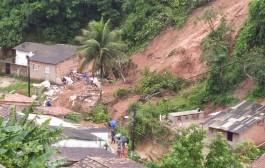 Bebê de 10 meses desaparece após queda de barreira na Chã da Jaqueira, em Maceió