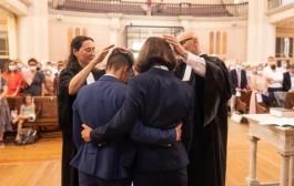 """Igreja protestante da França celebra primeiro """"casamento"""" lésbico de pastoras"""