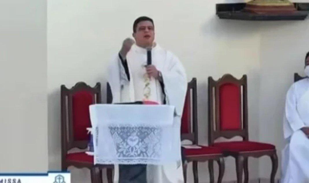 """Padre diz que """"esquerdistas são anticristãos"""", durante missa"""