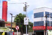 Infrações flagradas por câmeras de trânsito na Feirinha do Tabuleiro, em Maceió, são punidas com multa a partir de terça-feira